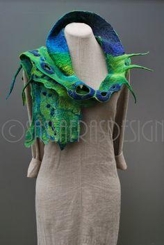 Mooie handgevilte sjaal in prachtige tinten, superzacht en op veel manieren te dragen.  Afmetingen: lengte 152 cm, breedte 18 cm tot 23 cm