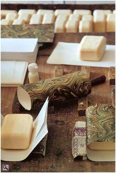 emballage à la main du savon artisanal de Martin De Candre