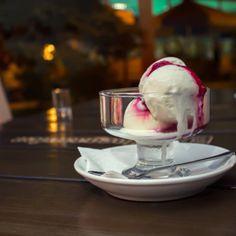 Dairy free vanilla ice cream recipe that is creamy, smooth, rich in flavor, and vegetarian. Made with Nutpods- a dairy free creamer that is free of carrageenan. Dairy Free Vanilla Ice Cream, Healthy Ice Cream, Dairy Free Recipes, Real Food Recipes, Gluten Free, Dessert Restaurants, Frozen Desserts, Frozen Treats, Vanilla Flavoring