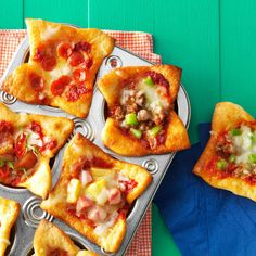 Mini Pizza Muffin Cups Recipe -I just baked these mini pizzas and the kids are already demanding more. The no-cook pizza sauce and refrigerated dough make this meal a snap. Kid Muffins, Pizza Muffins, Corn Muffins, Snacks To Make, Easy Snacks, Appetizer Recipes, Snack Recipes, Cooking Recipes, Appetizers
