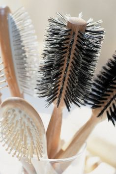 How to Clean Hair Brushes - Cleaning your hair brush is important to avoid getting dirt and product buildup back into your clean hair. Find out how to clean hair brushes the right way. Everyday Hairstyles, Diy Hairstyles, Best Hair Brush, Salon Pictures, Bad Hair Day, Hair Hacks, Healthy Hair, Hair And Nails, Beauty Hacks