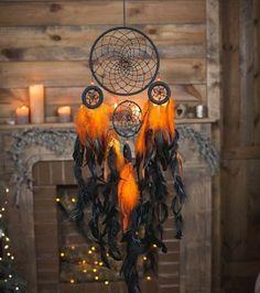 ambiance mystique, fabriquer un attrape rêve en orange et noir, modèle fascinant