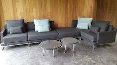 Loungeset Nova zwart opgesteld als lounge hoekbank met hocker, en Mintgroene outdoor kussens. De 2 in verschillende maten, ronde salontafels met rvs poten, geven het geheel een speels effect.