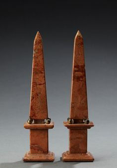 A nice pair of orange marble obelisks - Dim: H: 21 cm.