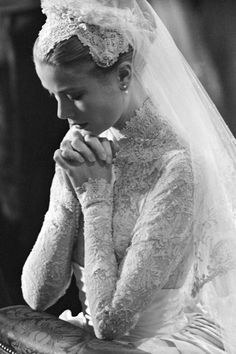 Princess Grace Kelly of Monaco Wedding Veil Praying Grace Kelly Mode, Grace Kelly Wedding, Grace Kelly Style, Grace Kelly Fashion, Royal Wedding Gowns, Royal Weddings, Old Wedding Dresses, Wedding Veil, Grace Kelly Dresses