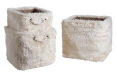 Voici un joli lot de 3 corbeilles carrées en fourrure synthétique blanche. Plutôt originales non ? Venez découvrir leurs dimensions sur notre site :)
