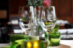 Zum Grünen Glas: Das Speiseangebot im Restaurant zum Grünen Glas vereint die Mittelmeerküche mit typischen Elementen aus der asiatischen Küche. Flute, White Wine, Alcoholic Drinks, Champagne, Tableware, Glass, Restaurants, Asian Cuisine, Dinnerware