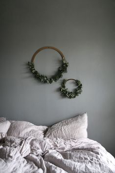 What a cold and grey Wednesday morning! Id rather crawl back to bed and hide inside. Lovely Christmas bedroom inspiration by Have a great day! Little Christmas Trees, Christmas Diy, Christmas Decorations, Christmas Ornaments, Decor Interior Design, Interior Design Living Room, Room Interior, Diy Wreath, Wreaths
