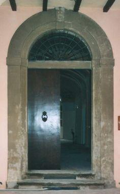 02 - portone in legno di conifera, laccato; portale in arenaria, consolidata e scialbata.