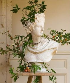 art fotografia Old-world art inspires the seasons most sensational winter floral designs, as in this holiday-themed bust. Plant Aesthetic, Nature Aesthetic, Aesthetic Vintage, Aesthetic Statue, Aesthetic Green, Summer Aesthetic, Aesthetic Fashion, Artist Aesthetic, Aesthetic Painting