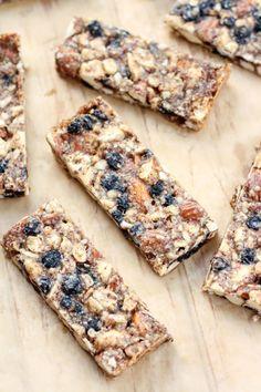 Vanilla & Blueberry Cashew Almond Snack Bars - The Best Vegan Snacks for Road Trips Best Vegan Snacks, Healthy Homemade Snacks, Yummy Snacks, Snack Recipes, Vegan Recipes, Healthy Desserts, Alkaline Recipes, Vegan Ideas, Paleo Vegan