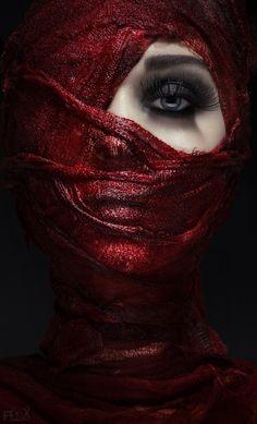 beautiful color black on black art Dark Photography, Creative Photography, Black And White Photography, Portrait Photography, Portrait Photos, Foto Portrait, Dark Portrait, Arabian Beauty, Creative Portraits