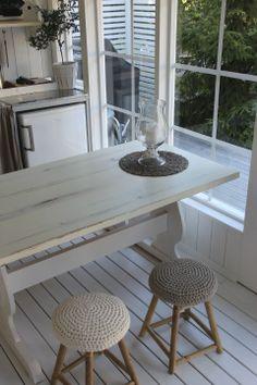 Virkatut tuolinpäälliset Summer Kitchen, Outdoor Furniture, Outdoor Decor, Dining Table, House Ideas, Inspiration, Home Decor, Arquitetura, Biblical Inspiration