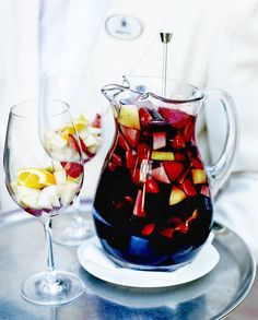 Sangria facile pour 6 personnes - Recettes Elle à Table - Expolore the best and the special ideas about French recipes Halloween Cocktails, Grand Marnier, Triple Sec, Best Sangria Recipe, Dinner Is Coming, Birthday Bbq, Healthy Cocktails, Lemon Drink, French Food