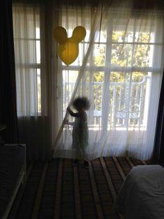 AbiCool mostrando su LadoDisney muy orgullosa con su globo de Mickey. #DisneySide #MomentosMágicos #MiLadoDisney