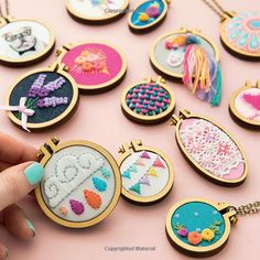 Mini Hoop Embroideries: Over 60 Little Masterpieces to Stitch and Wear Diy Embroidery Shirt, Embroidery Flowers Pattern, Modern Embroidery, Hand Embroidery Patterns, Cross Stitch Embroidery, Embroidery Designs, Brazilian Embroidery, Fabric Jewelry, Yarn Crafts