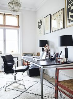 Modern home office with fantastic art and design. Office chair from Charles Eames and office table from Poul Kjærholm. Danish Apartment, Home Office Space, Office Spaces, Home Hacks, Office Decor, Office Inspo, Office Table, Office Chairs, Interior Inspiration