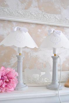 ravissante paire de lampes patinée avec linge broder : Accessoires de maison par stylemarieantoinette