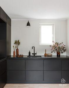 Design trend 2019 black kitchen countertop 00025 ~ Home Decoration Inspiration Black Kitchens, Home Kitchens, Black Ikea Kitchen, Custom Kitchens, Updated Kitchen, New Kitchen, Kitchen Furniture, Kitchen Interior, Kitchen Countertops
