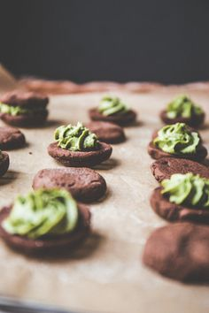 The Baker Who Kerns | Vegan Chocolate Sandwich Cookies with Matcha Cashew Filling | http://thebakerwhokerns.com