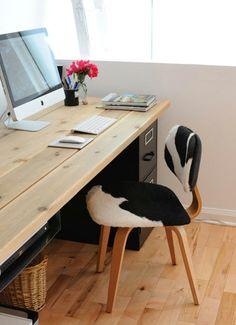 computertisch-selber-bauen-groß - vase mit blumen in zyklamenfarbe - Schreibtisch selber bauen -30 originelle Vorschläge