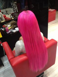 CUTE BUT I KNOW IT IS a wig I see no dye on the counter in the picture so just saying.