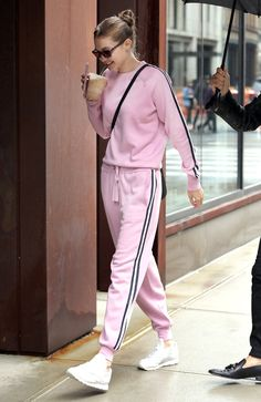 Gigi Hadid's Best 2018 Street Style Fashion: Pics While we all know Gigi Hadid rules the runway with her fierce fashion, the beauty has also managed to make a name for herself as one of the most stylish street style stars around. Gigi Hadid Looks, Gigi Hadid Style, Gigi Hadid Casual, Stylish Street Style, Looks Street Style, Model Outfits, Sport Outfits, Celebrity Outfits, Celebrity Style