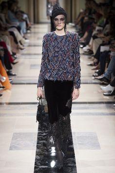 Armani Prive Alta Costura Otoño-Invierno 2017-2018, París  Reina color negro. Reconocible el estilo de casa italiana, aunque esta vez más suave,  misterioso y sensual: tul y terciopelo crean el ambiente adecuado.   #coleccion #desfile #altacostura #semanadelamoda #paris #blog #fashion #fashionblog #collection #luxury #style #designer #design #details #hautecouture #fashionweek #armani #giorgioarmani #armaniprive