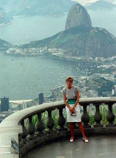 Cartão-postal. Lady Di posa no Cristo Redentor, durante sua visita ao Rio, em 1991