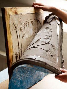 植物が閉じ込められた、ふしぎで美しいタイル。ロンドンで活動するアーティスト、Tactile StudioのRachel Deinさんの手によるものです。制作過程は、まずさまざまな種類の花や木の枝を、型取り用の粘土に押し込み、