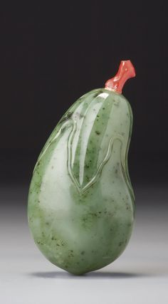A SPINACH-GREEN JADE 'EGGPLANT' SNUFF BOTTLEPROBABLY IMPERIAL, QING DYNASTY, QIANLONG / JIAQING PERIOD