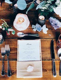 tavola matrimonio con geodi e minerali