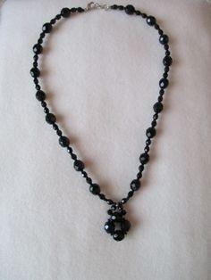 Collar Rosas Vacías Negro, con cristal checo y cristal de swarovski.
