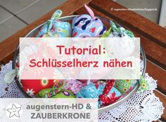 {Anleitung} Ein Schlüsselherz nähen The practical key heart helps you to quickly find the keys in your handbag. And, it's also a beautiful gift for dear friends. Sewing For Kids, Small Gifts, Helpful Hints, Diy And Crafts, Sewing Patterns, Diy Projects, Knitting, Fabric, Handmade