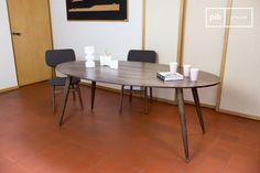Hecha de madera oscura, con las patas del compás, la mesa de comedor Bikhatz, del estilo nórdico, se acuerda de las mesas de comedor de los 50.