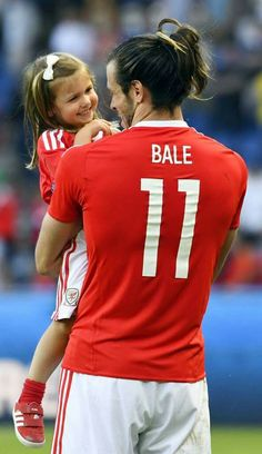 Wales' forward Gareth Bale holds his daughter Alba Viola as he… Real Madrid Team, Real Madrid Players, Real Madrid Football, Football Love, Football Soccer, Nike Soccer, Soccer Cleats, Soccer Pro, Soccer Guys