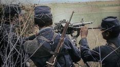 September 1914: Französische Soldaten haben ein Maschinengewehr auf einem...