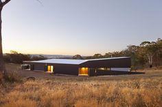 Maison en bois contemporaine avec bardage métallique en Australie, façade arrière et panorama - Valley House par Philip M Dingemanse - Launceston, Australie #construiretendance
