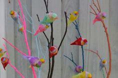 Het voorjaar in huis met deze vrolijk gekleurde paastakken