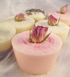 Zeep in cupcakevormpjes met gedroogde rozenknopjes