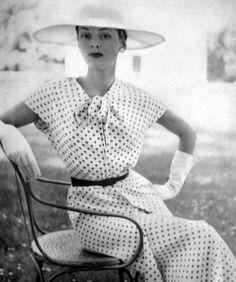Fifties Fashion, Retro Fashion, High Fashion, Vintage Fashion, Vintage Style, Vintage Vogue, Vintage Beauty, Vogue Paris, Fashion History