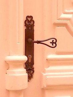 ~Whispers of Peach Cottage~ Vintage Doors, Antique Doors, Old Doors, Antique Keys, Vintage Keys, Front Doors, Door Knobs And Knockers, Knobs And Handles, Door Handles