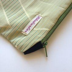 kleines Mäppchen glänzendes Grün geometrisches Muster von Rhabarber