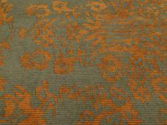 VELUDO COTELE SPAN ESTAMPADO (Brownie). Veludo cotelê com motivos Barrocos, bicolor, encorpado, com elastano, texturizado. Ótimo para modelagens estruturadas.  Sugestão para confeccionar: Blazers, casacos, calças pantalona e saias godê, entre outros.