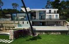 Entre terre et mer, entre pierre brute et verre poli, cette sublime création contemporaine de 300 m², conçue dans le respect de son environnement s...