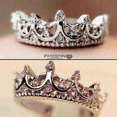 Hermoso anillo con forma de corona