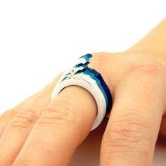 WEIHNACHTEN - LETZTE BEITRAG STAMMT 18. DEZ - UK / 14. DEZ - EUROPA / 14. DEZ - USA + KANADA / 8th DEC - Australien & Neuseeland / 3rd DEC - überall  Schmücken Ihre Knöchel mit einem winzigen Tsunami durch sportliche dies sorgfältig entworfen, Hand ausgespielt Wave Ring.  Der Wave-Ring ist ein einzigartiges und dennoch funktional Stück Schmuck, sondern auch eine Mikro-Diorama, die Hommage an das ikonische Bild die große Welle vor Kanagawa des japanischen Künstlers Katsushika Hokusai zahlt…