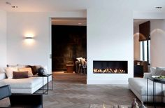 clean contemporary white living room with earth tones and natural elements of wood & linen #RTLWoonmagazine #ErikKoijen