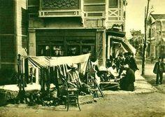 Ayakkabı boyası ve tamiri yapan bir adamın  yanıbaşında Bakırköy çarşı (1920'ler) #istanbul #istanlook #nostalji