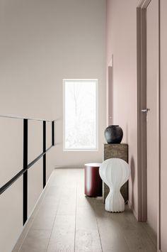 Un pasillo moderno y minimalista pintado con pinturas Jotun color Jotun 20054 Silky Pink y Jotun 2588 Artist Clay, le dan a este espacio un toque de estilo nórdico y lo convierte en un rincón relajante y digno de ser recorrido. #blanco #paredblanca #paredrosa #pinturablanca #pinturapared #pintura #jotun #decoracion #estilonordico #pasillo #corredor